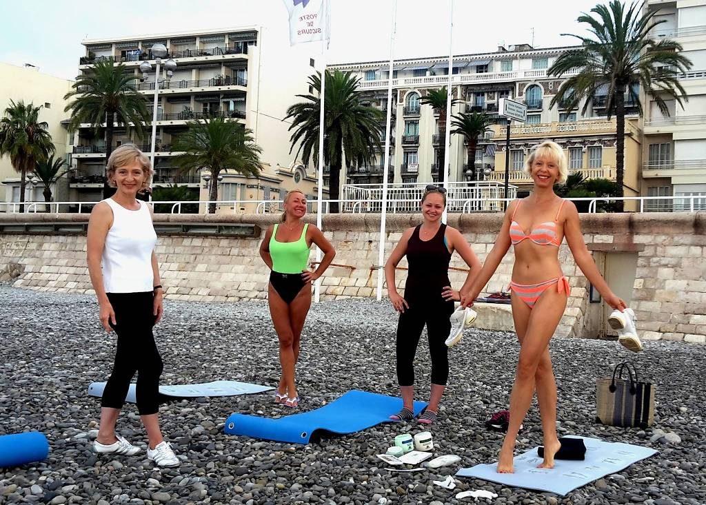 nice-bodyflex-on-sea-shore-coach